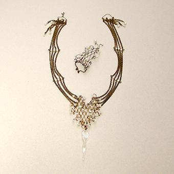 """Collection """"Naïade"""" - 1992 Anneau et le collier . Bronze tiges minces soudé en forme de tonnelle, algues de verre , perles de culture et chaîne en laiton oxydé ."""