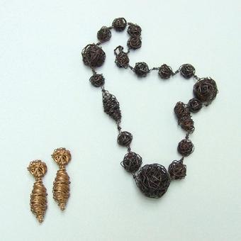 """Collection """"Gribouille"""" - 1987 Collier et boucles d'oreilles . Doré ou des fils de laiton enlacés oxydés ."""