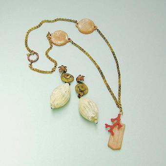 """Collection """"Epave"""" - 1994 Boucles d'oreilles: oxydé verre de Murano et de laiton martelé doucement . Collier : éléments en terre cuite et un corail coverd en laiton dans le sable coloré , situé sur la chaîne en laiton oxydé ."""