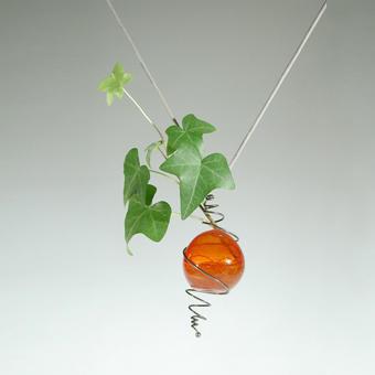 """Collection """"Botanicus"""" - 1988 Pendentif . Verre soufflé de Murano détenu par une spirale en argent sterling et rempli avec de l'eau pour garder une pousse de lierre vivants"""