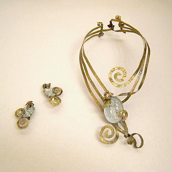 """Collection """"Bagatelle"""" - 1994 Collier et boucles d'oreilles . Camées en étain mis sur laiton martelé doucement"""
