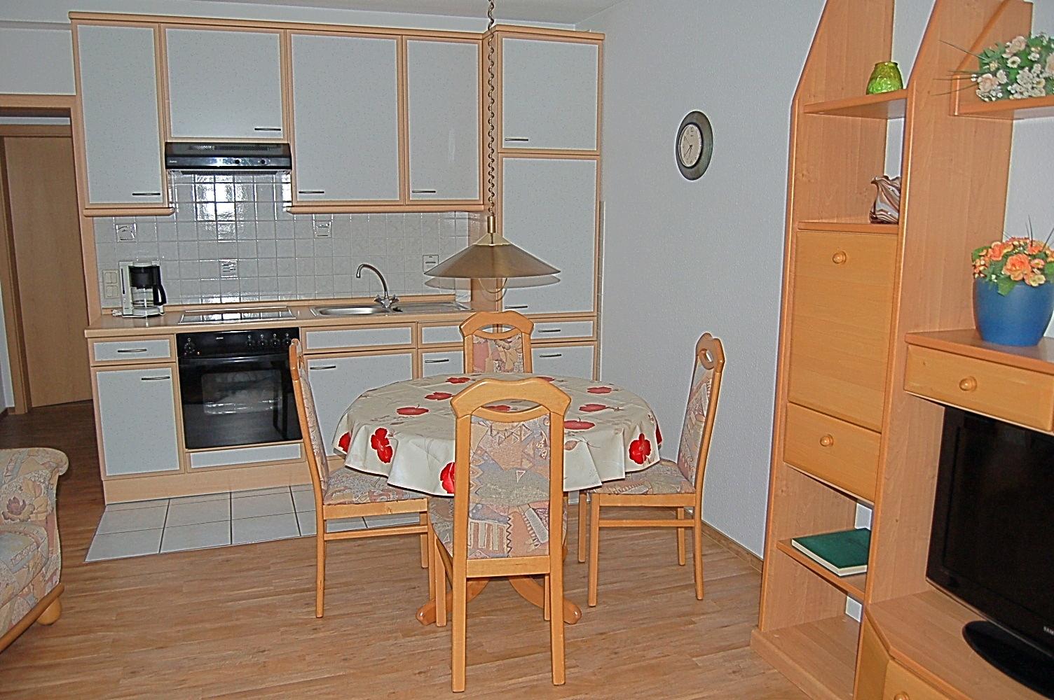 Essbereich mit Küchezeile mit Mikrowelle