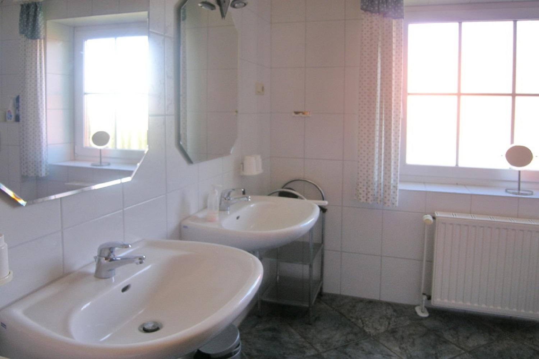 Im 1. Stock  Bad mit 2 Waschbecken ,  Dusche...