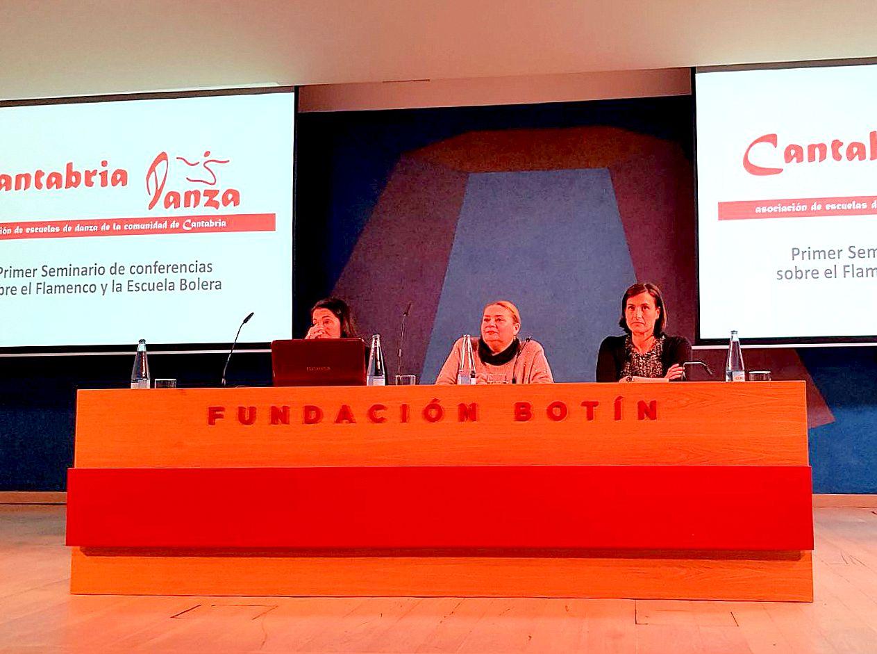 Dª Gema Igual, alcaldesa de Santander, y las ponentes Victoria Betanzos y Rocío Coral