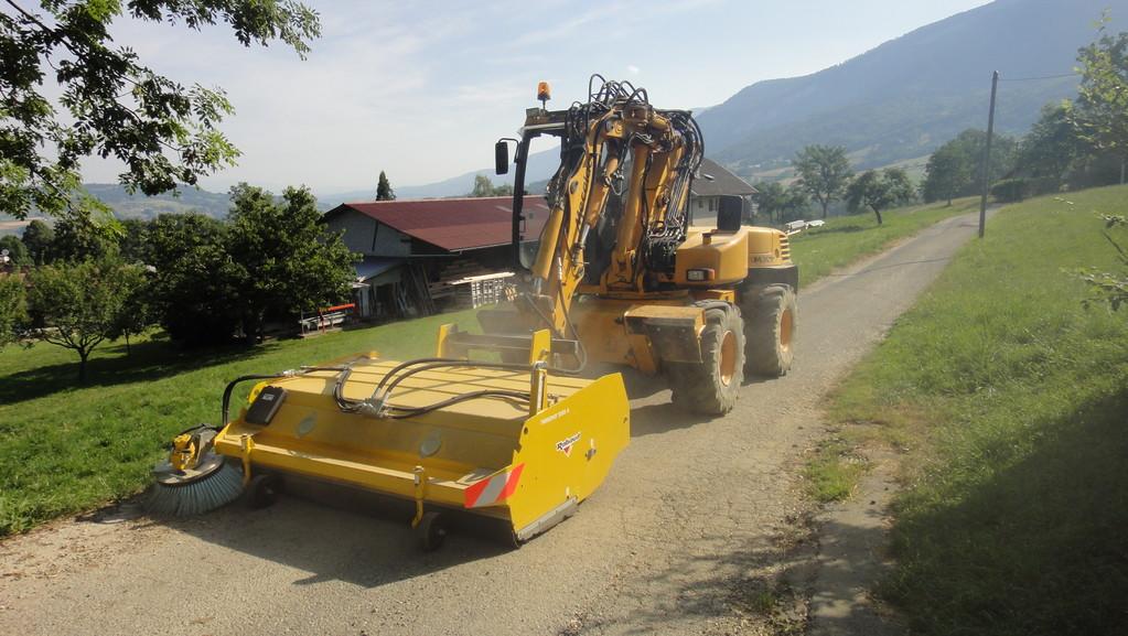Balayage de voiries, cours... (sur pelle à pneus ou tracteur agricole)