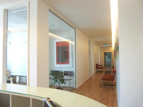 Blick vom Empfang auf Wartebereich und Behandlungsräume | HNO-PRAXIS MÖNCKEBERGSTRASSE, Hamburg-Zentrum