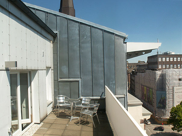 Sommerlicher Wartebereich auf der Dachterasse | HNO-PRAXIS MÖNCKEBERGSTRASSE, Hamburg-Zentrum