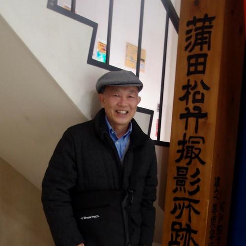 蒲田映画祭実実行委員、蒲田図書館館長 三橋昭さんと蒲田松竹撮影所跡の木の看板
