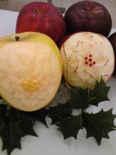 リンゴにポインセチアをカービング-1