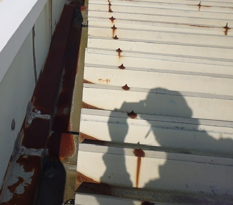 屋根塗装前です。 赤サビが発生