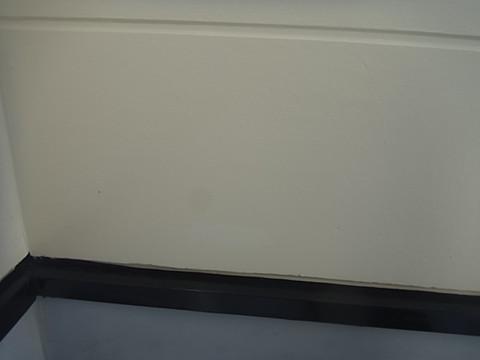 熊本市I様家の外壁塗装前。塗膜の剥がれ・浮き・コケの発生。