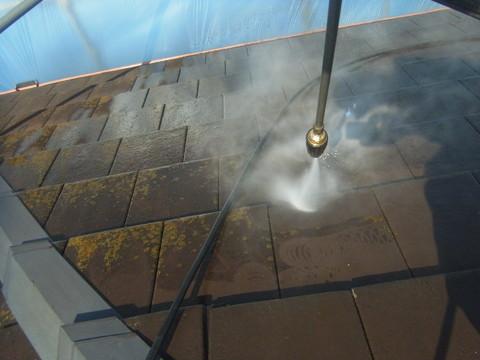 熊本市U様家の瓦屋根に生えたコケを除去している様子。高圧サイクロンジェット洗浄様子。
