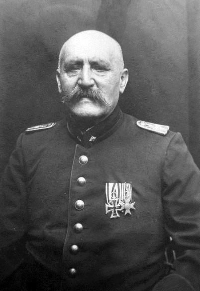 2er Ordensschnalle (Bogen/U-Band)  EK2 1914 am weiß-schwarzen Band, Verd.kreuz für Kriegshilfe, der Träger war offenbar Militärbeamter im Range eines Leutnants.