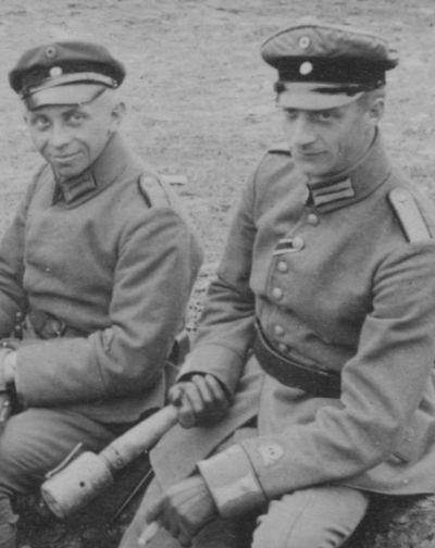 Offiziere d. Gardereservepioniere (Flammenwerfertruppe), gut erkennbar das von W.II. gestiftete Totenkopf-Ärmelabzeichen, EK2 am schwarz-weißen Band Trageweise n. Verl.tage