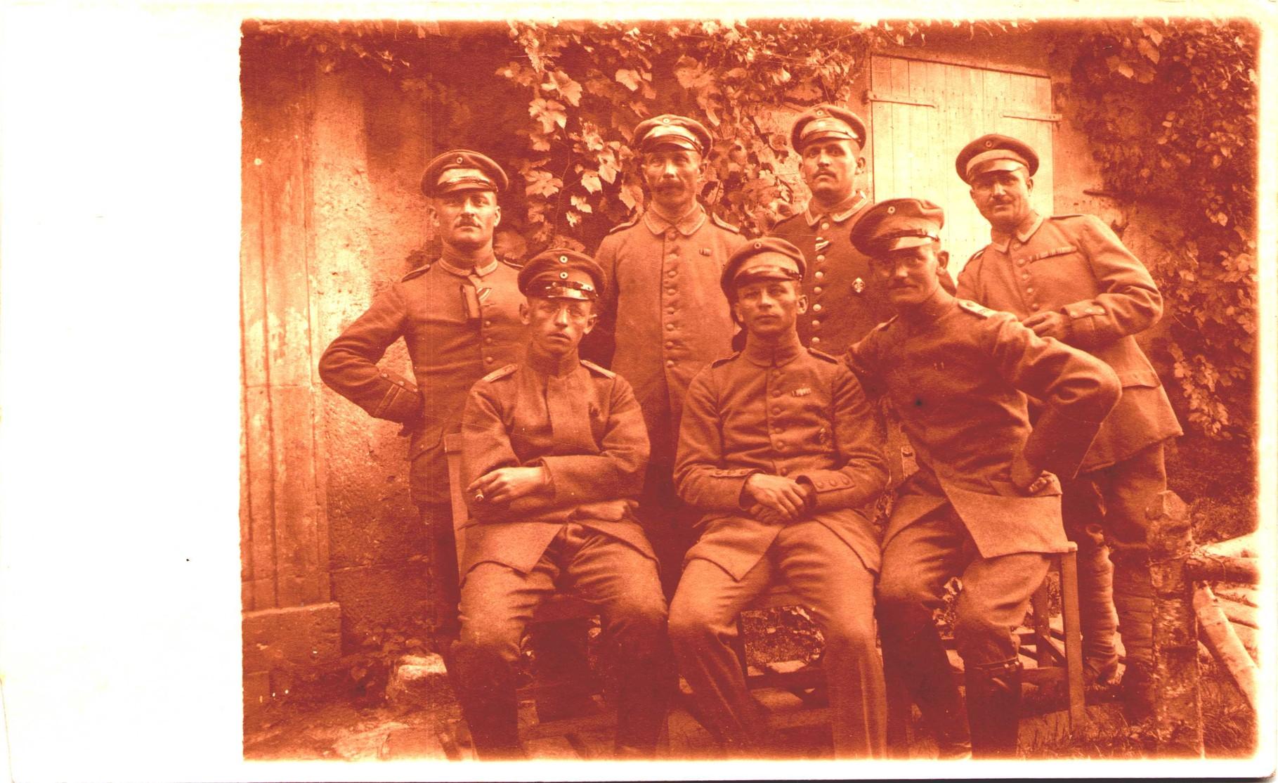 """EK2 1914 am schwarz-weißen Band, diverse Trageweisen, Hessischen Kriegerehrenzeichen (""""Blutiger Ludwig""""), seltenere Aufnahme, rücks. 1.8.1917 Lt.d.R. ... 3./R.J.R. 221"""