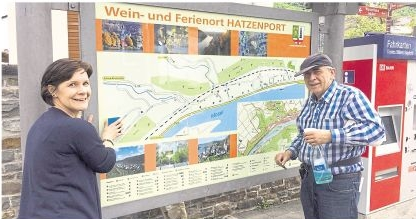 Projektkoordinatorin Petra Thilmann-Rische und Werner Kley von der ausführenden Firma vor einem neuen Hatzenporter Ortsplan. Foto: Ortsgemeinde