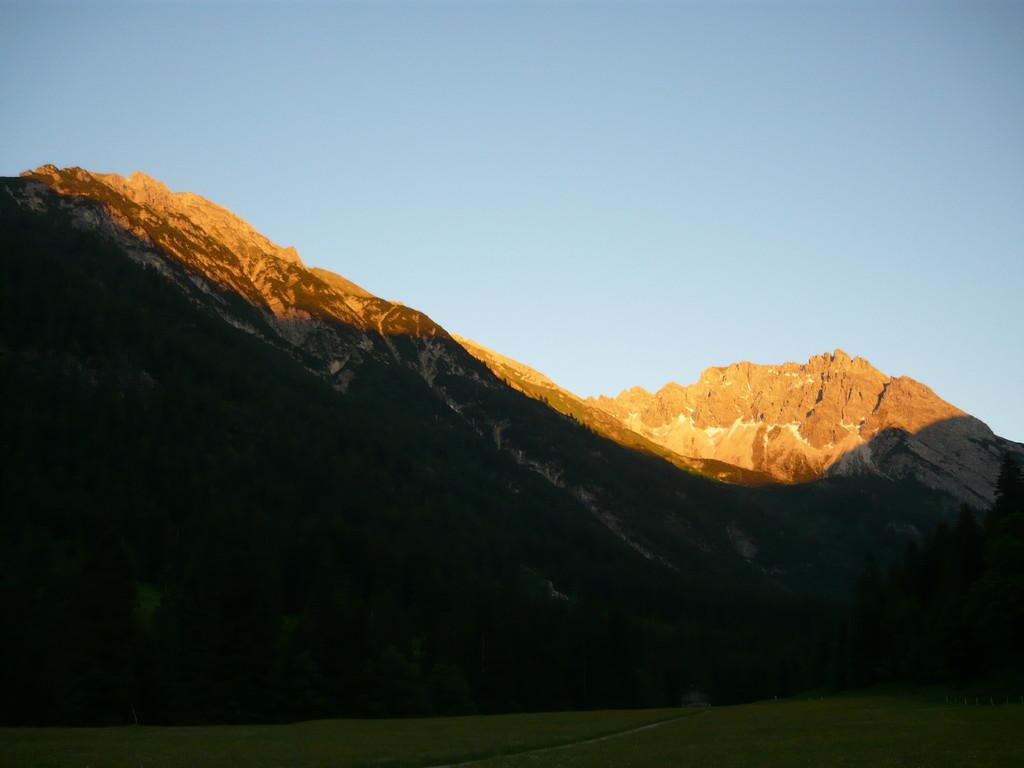 Abendrot Anfnag Juni - links Zwölfer und Elfer, rechts das Geißhorn
