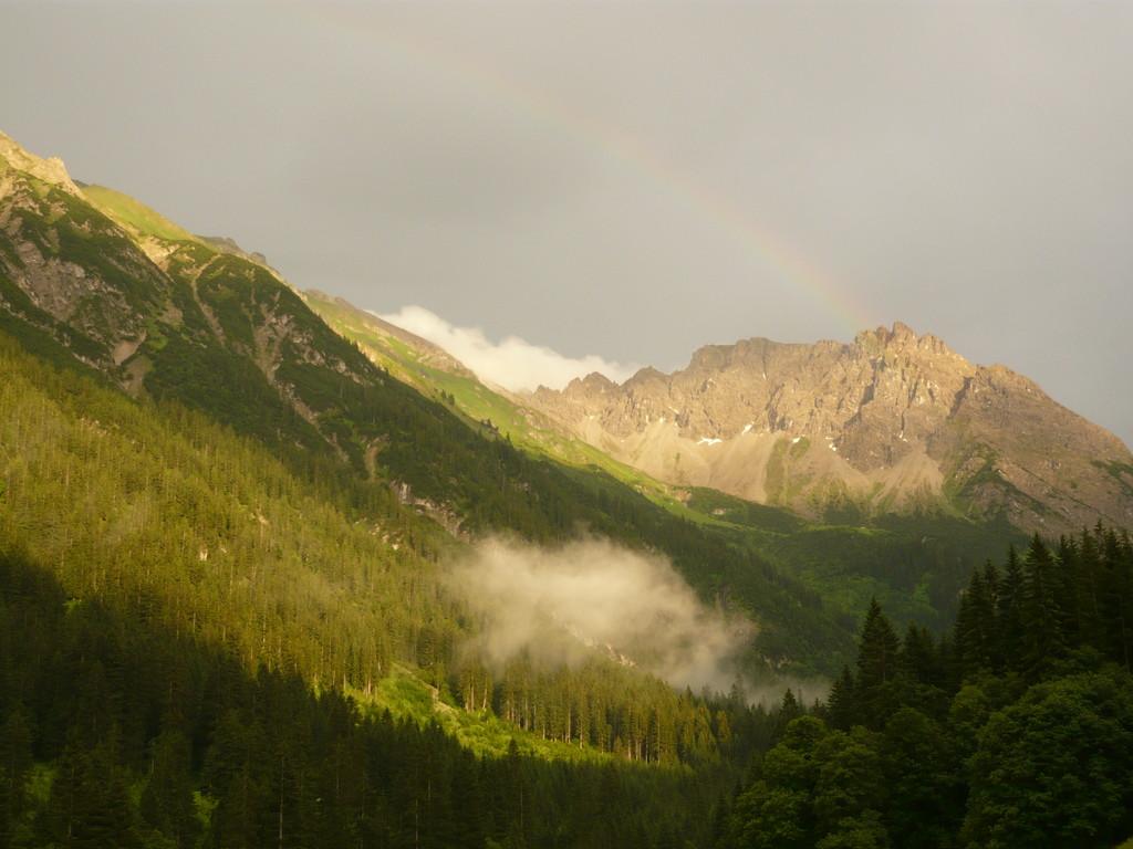 Nach einem regnerischen Tag lässt sich die Sonne doch noch mit einem kleinen Regenbogen blicken