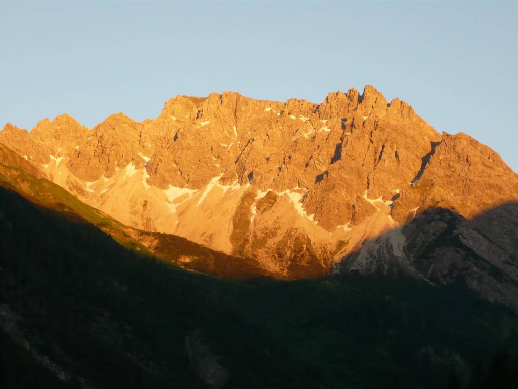 Abendrot Anfnag Juni - Die letzten Schneefelder schmelzen am Geißhorn