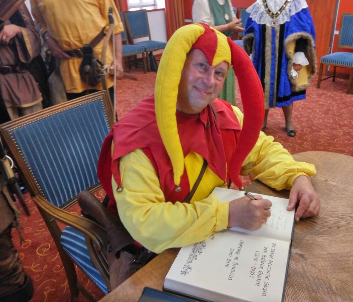Till Eulenspiegel trägt sich in das Goldene Buch der Stadt Hamen ein