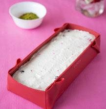 Schritt 8: Die Joghurtcreme auf dem Tortenboden verteilen und die Masse kalt stellen.