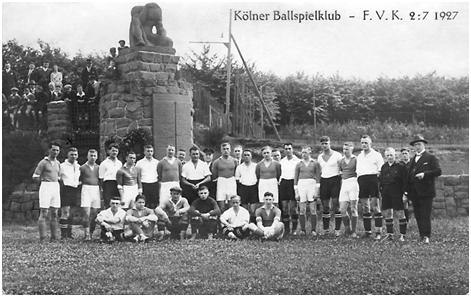 1927, Postkarte, Mannschaftsfoto vor dem Denkmal  (Foto: Archiv Prof. Dr. Markwart Herzog)