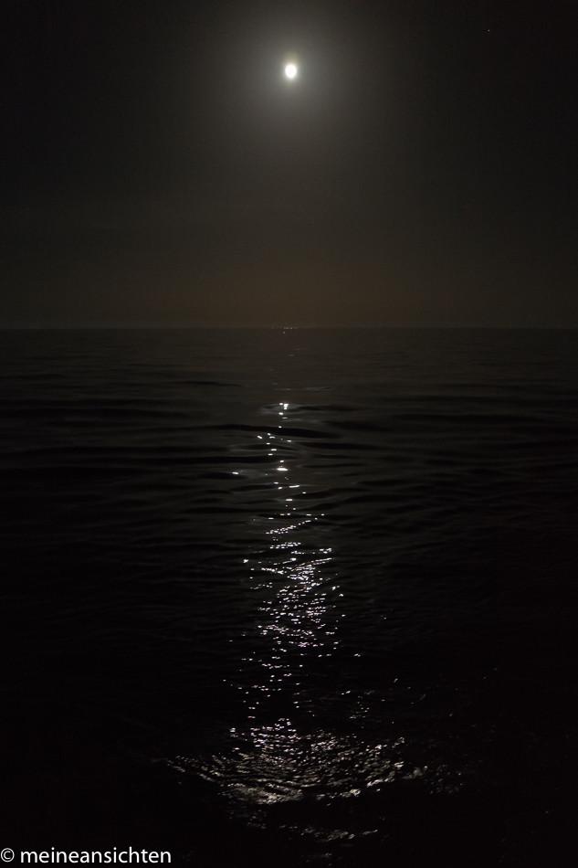 Vollmond über dem Meer
