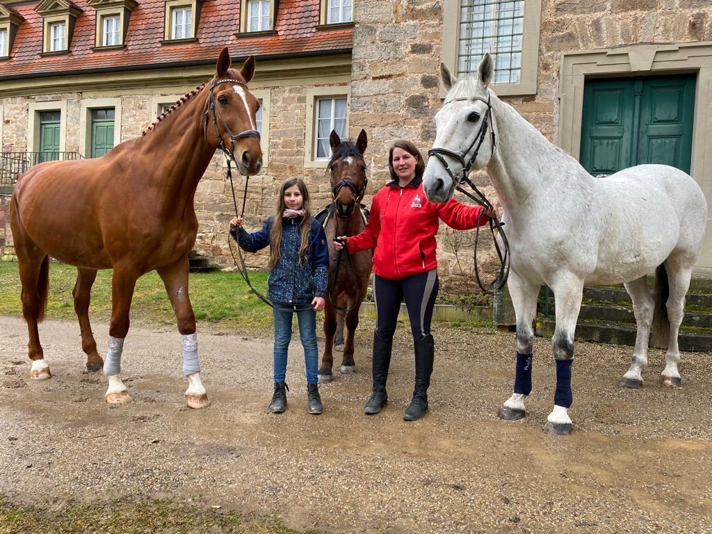 Reitlehrerin Christina Seufert mit Ihrer Tochter und drei unserer Vereinspferde