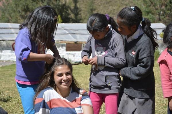 De jeunes élèves peignent Alina