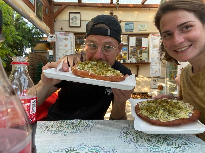 Langos, unsere erste Mahlzeit in Ungarn