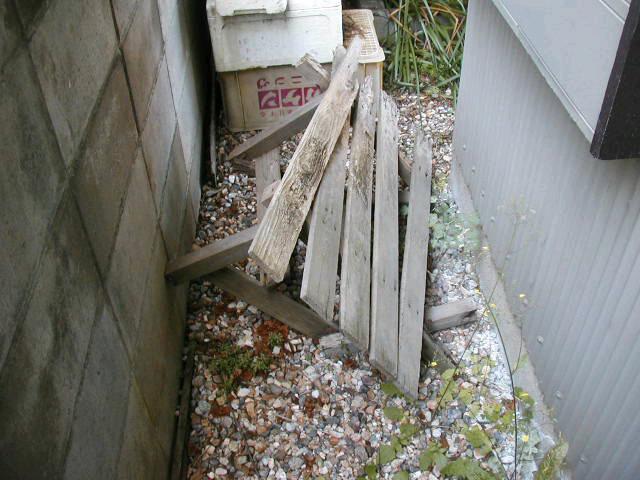 敷地内の材木放置の被害