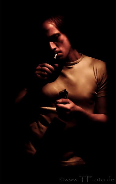 Retuschiertes Foto eines Mannes, der sich eine Zigarette anzündet