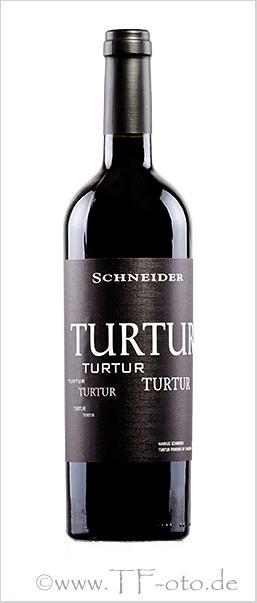 Freigestelltes Produktfoto einer Rotweinflasche mit seitlichen Reflexionen