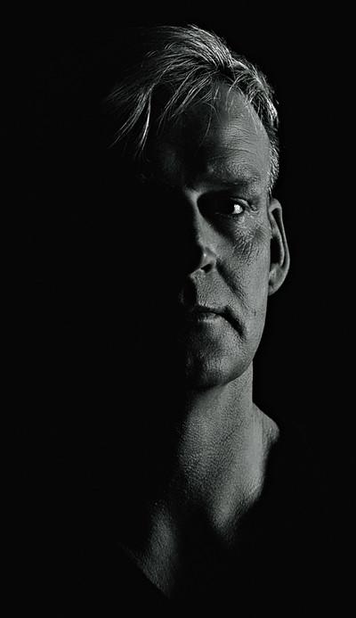 Low-Key-Portrait eines blonden Mannes