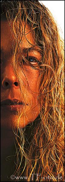 Retuschiertes Portrait einer Frau mit langen, blonden Haaren