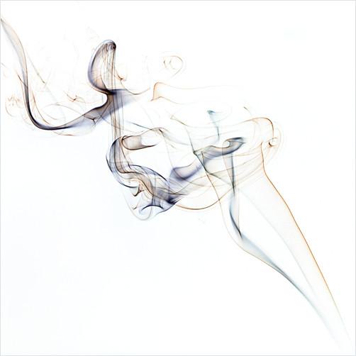 Rauch eines Räucherstäbchens vor weißem Hintergrund