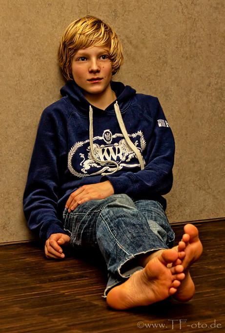 Retuschiertes Ganzkörperfoto eines blonden Kindes