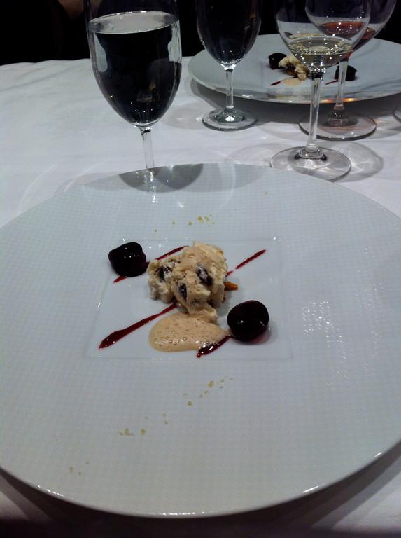ヌガーを織り込んだアイスクリーム ぶどうのグラッセ
