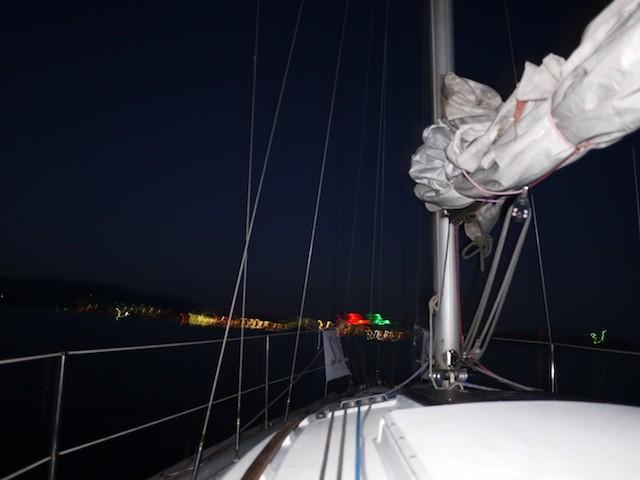船の前に 緑と赤のライトがちょっと雰囲気出てる もう真っ暗です