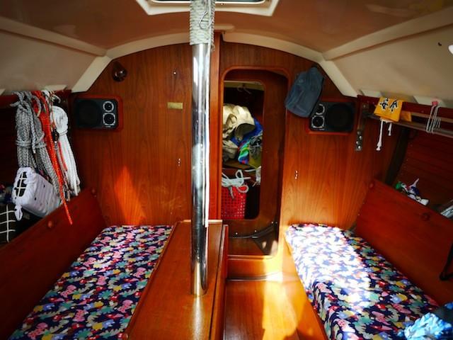 船内 この前にトイレとセール置き場があります