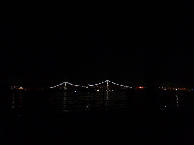 やっと 近くに白鳥大橋のライトアップが見えてきた