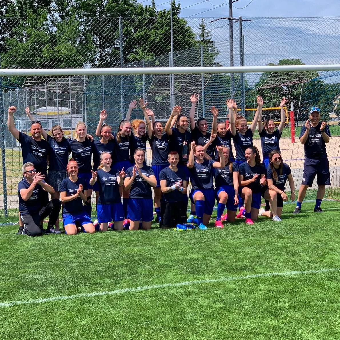Die Frauen 2b des FFC Uzwil feiern den Aufstieg in die 3. Liga