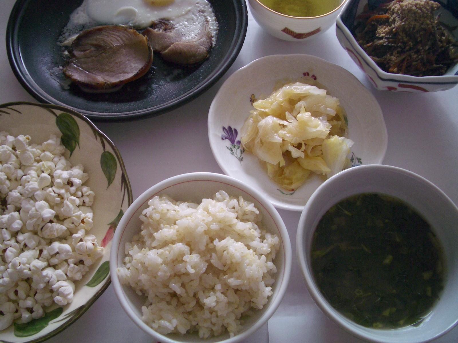 ごはん、モロヘイヤのスープ、ハムエッグ、キャベツの甘酢漬け、きんぴら