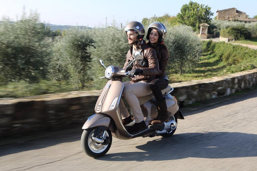 Vespa Jethelm Primavera 50° Sonderedition auf Vespa Primavera 50 Roller mit Helmträgern