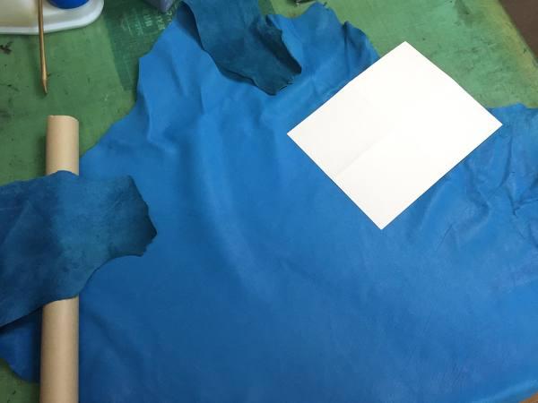 お持ち込みの綺麗な青い革