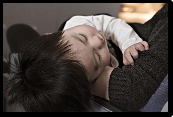 """Foto: """"Operationen bei Kindern, schlafendes Kind auf dem Arm"""", CHIRURGIE FLENSBURG NORD"""