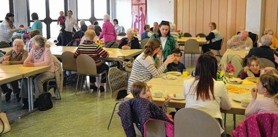 Der Förderverein des katholischen Kindergartens servierte im St. Remigiushaus Kartoffelsuppe und Dampfnudeln.