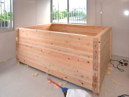 酵素風呂用ひのき浴槽の製造販売の他、現地での組み立ても行っています。