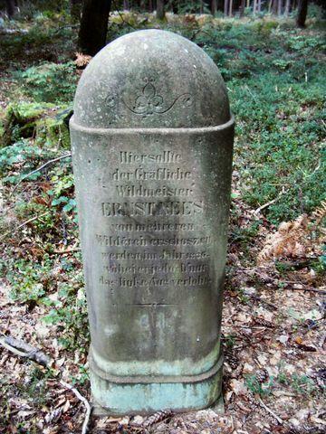 Nees-Stein; 1836 versuchten Wilderer, den Gräflichen Wildmeister Nees an dieser Stelle umzubringen. Der Anschlag misslang. Aber sie schossen dem Wildmeister das linke Auge aus.