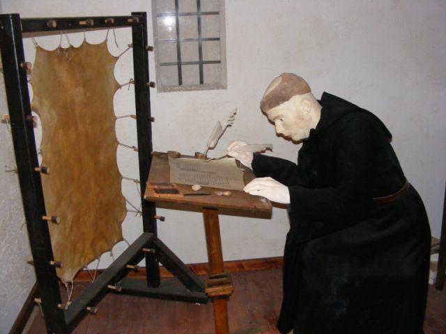 im Museum Lorsch: ein Benediktiner-Mönch
